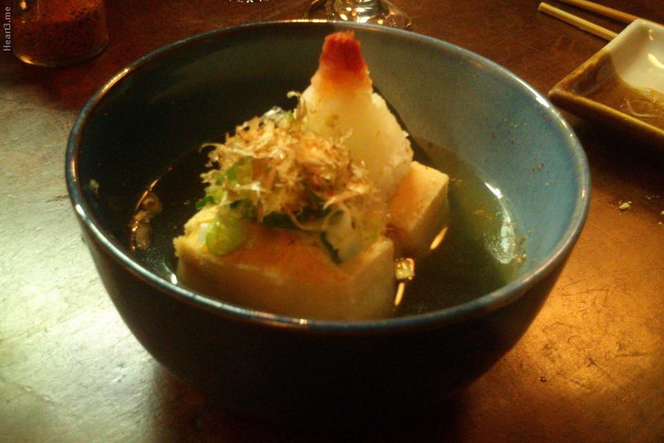Aguedashi tofu (fotu frito com um milho e rapas de peixe, uma delícia) no Kbaurá.