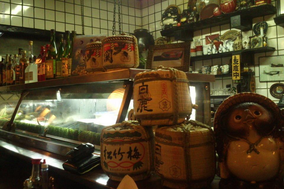 Kaburá: um legítimo izakaya, com muita fumaça, mesas engorduradas, garçonetes meio ríspidas, muito sabor na comida.