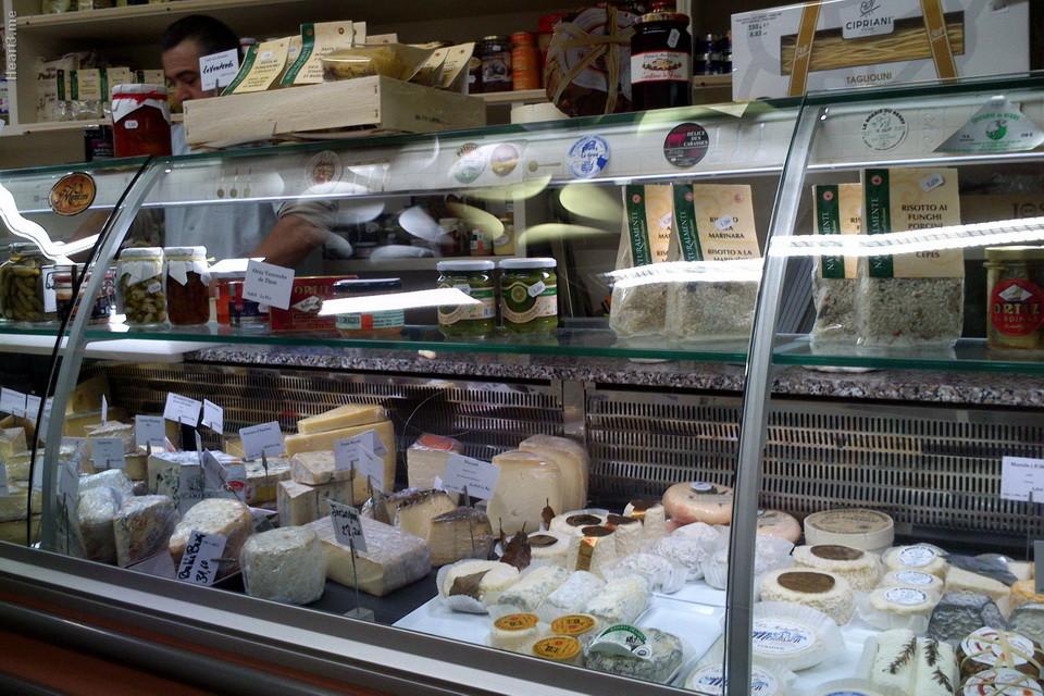 Uma das incríveis lojas de queijos, em Arles.