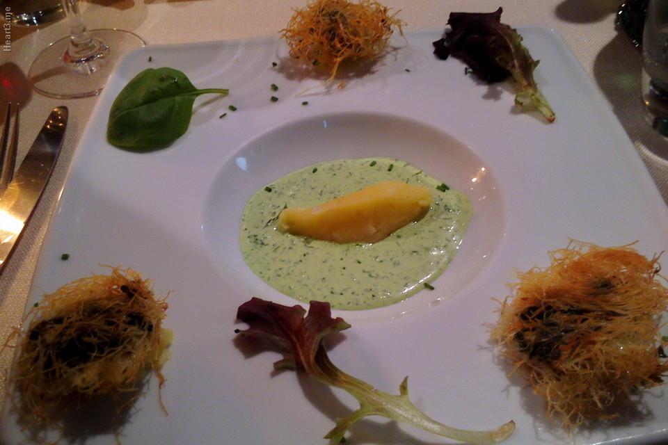 O tal escargot em ninho de macarrão crocante (beiradas do prato). La Gueule do Loup - Arles.