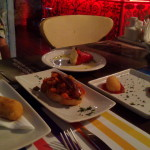 """Donostia: croqueta de queso manchego – uma única, pequena, empapada de óleo; uma """"lasanha de legumes"""", com boas anchovas, mas nada de especial – do La Madrileña, com pimentão e anchovas era muito melhor; Croquetas de jamon, também nada especial."""
