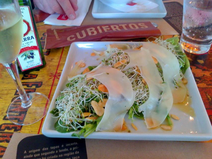 Venga! - Salada de folhas verdes, alfafa, amendoim, queijo, molho de mostarda e mel (acho que era isso, talvez eu esteja inventando)