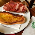 Outro prato típico de um bom boteco: pão tostado com azeite e um ótimo presunto cru